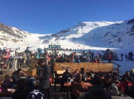Appt au Ski au pied des pistes en Résidence avec Piscine et Sauna, hotel in Ustou