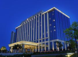 HUALUXE Yangjiang City Center, an IHG Hotel, отель в городе Янцзян