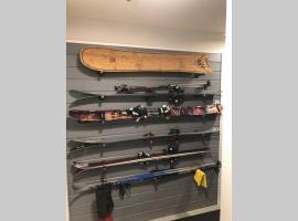 Mountain Edge Ski-in Ski-out Condo, apartment in Kimberley