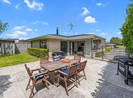 Bach Relax - Mt Maunganui Holiday Home, hotel in Mount Maunganui