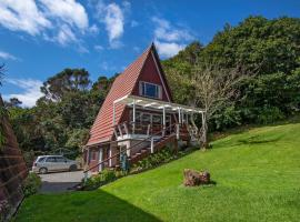 The Tree House Wairoro Park - Russell Holiday Home, hotel in Russell