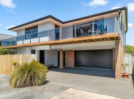 Sparkling Ocean Views - Papamoa Holiday House, hotel in Papamoa