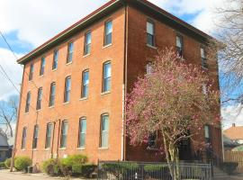 Fountain Square Schoolhouse Apt with free Netflix and Parking, apartment in Indianapolis