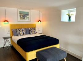 Modern studio apartment with stunning views!, hotel in St Ives