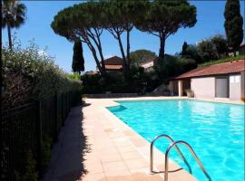 Maison 30 m2 + piscine - Golfe de Saint Tropez, hôtel à Cogolin