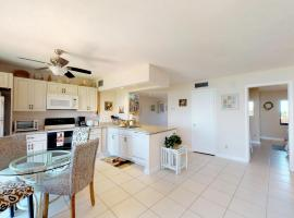 Remodeled Open Floor Plan w/ Wide River Views!!!, hotel in Marco Island