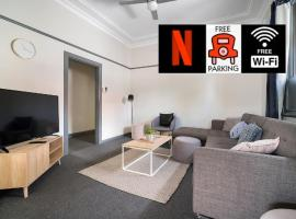 Parramatta 3 Bedroom Home - Free Netflix, Fast Internet & 3 Car Parking Spots, sumarhús í Sydney