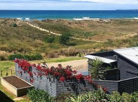 Brilliant Beachfront Bach - Beachfront Bach Papamoa, hotel in Papamoa