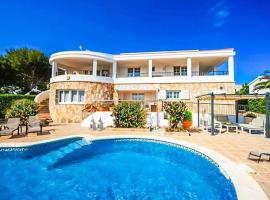 Binibequer Vell Villa Sleeps 11 with Pool and Air Con, hotel a Binibeca