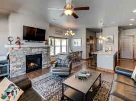 Downtown Luxury Chalet #39 Near Resort With Hot Tub - FREE Activities Daily, WiFi & Shuttle, hotel in Winter Park