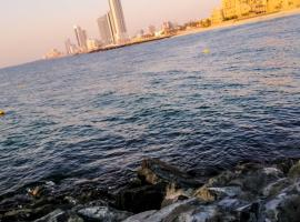 Delightful Retreat With Pool Close To The Beach, apartment in Sharjah