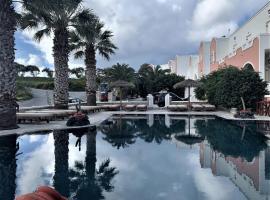 Villa Manos Hotel, hotel in Karterados