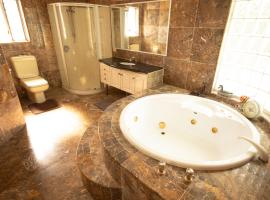 Luxuary self-contained living with Spa., guest house in Brisbane
