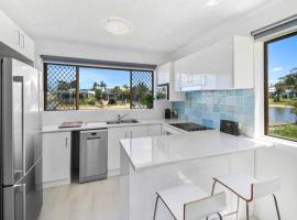 Beautiful Modern Apartment on the Canal., hotel in Mooloolaba