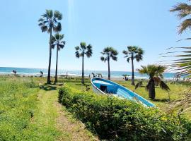 Blue Beachfront House next to Golden Bay Hotel, Ferienunterkunft in Pyla