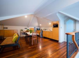 Quiet Private Studio In Strathfield with Kitchenette and Private Bathroom 3min to Station sleeps 6, hotel in Sydney