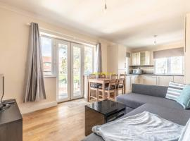 Heathrow Apartment - private balcony & FREE PARKING!, apartment in Slough