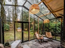 Boutique bungalow met sauna en hottub, hotel in Rheezerveen