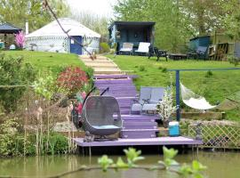Bluebell Yurt with Private Hot Tub and fishing, hotel in Chelmsford