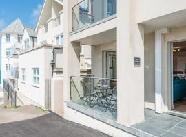 3 Porthmeor Apartments, super comfortable, parking, private balcony. Close to Tate Gallery St Ivesand Porthmeor beach. Free WiFi/, hotel in St Ives
