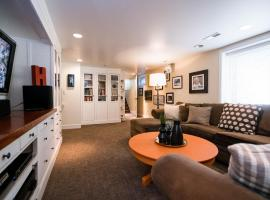 Private Artsy Sanctuary with Outdoor Patio Space!!, apartment in Denver