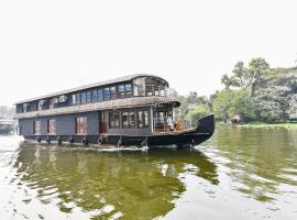 OYO 27849 Gold River Indraprastha Houseboatindraprastha Gold River 6bhk, hotel in Alleppey
