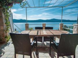 3 Bedroom Beach House with private sea access, hotel in Slano