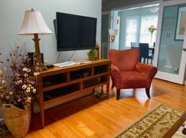Charming Condo Near Downtown, NCSU and PNC Arena, apartment in Raleigh