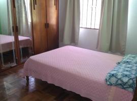 Suíte casal e cama de solteiro T, homestay in Curitiba