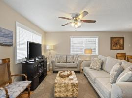 Spacious Blue Mountain Beach Condo! Great for families and small groups, hotel in Santa Rosa Beach