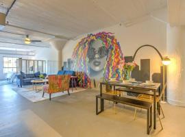 Vogue loft walk to CityMu/Cards/Aquarium/ConvCtr, vacation rental in Saint Louis