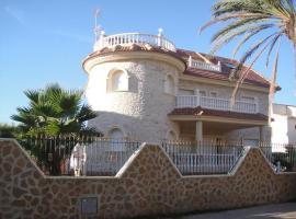 CHALET MUY CERCA DE LA PLAYA CON PISCINA PRIVADA, hotel en Orihuela Costa