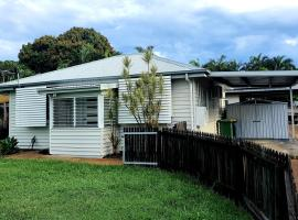 2 bedroom cottage, hotel in Townsville