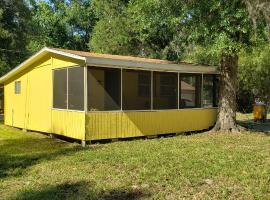 Nana's Place of Homosassa Yellow Cottage, hotel near Yulee Sugar Mill Ruins Historic State Park, Homosassa