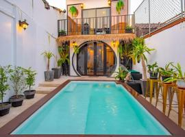 ISARA Boutique Hotel and Cafe, hotel in Phuket