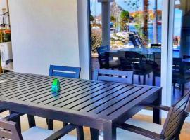 Tommy Coconut's waterfront apartment Sailaway with private beach, apartamento em Jan Thiel