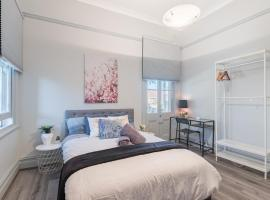 Boutique Private Rm situated in the heart of Burwood 2 - ROOM ONLY, sumarhús í Sydney