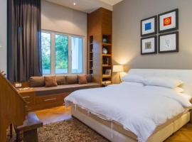 Luxury Marina Suite with PoolView at Strait Quay By theSea, beach hotel in Tanjong Tokong