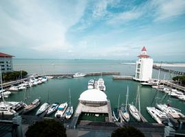 Luxury Marina Suite with PoolView at Strait Quay By theSea, apartment in Tanjong Tokong