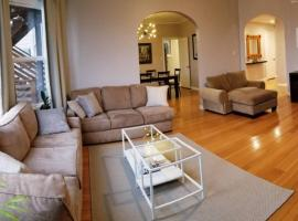 Modern, Chic, 3b/2ba flat, patio, Continental Breakfast inc. We disinfect after routine cleaning., apartment in San Francisco