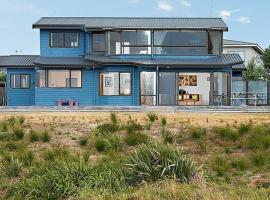 The Blue House - Papamoa Holiday Home, hotel in Papamoa