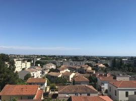 BEL APPARTEMENT AVEC VUE ET PARKING PRIVE, apartment in Béziers