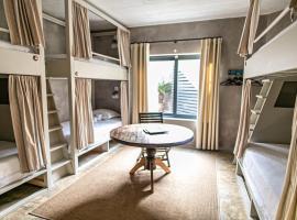 Surfers Lodge Peniche, hotel in Baleal