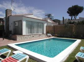 2 bedroom holiday home with privat pool, hotel in Torroella de Montgrí