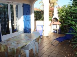 House with 2 bedrooms in SaintCyprien with shared pool and furnished terrace 800 m from the beach, hotel in Saint-Cyprien