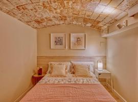 Gran casa al lado de la playa y Barcelona Centro, hotel in Badalona