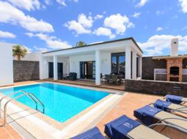 Villa with 3 bedrooms in Playa Blanca with private pool furnished terrace and WiFi 500 m from the beach, cottage in Playa Blanca