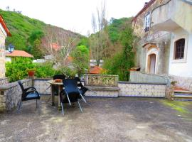 House with 2 bedrooms in Porto de Mos with wonderful lake view shared pool furnished garden 30 km from the beach, hotel em Porto de Mós