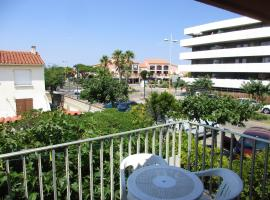 Studio in Le Barcarès, with wonderful city view and furnished balcony - 50 m from the beach, hotel in Le Barcarès