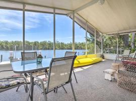 Anglers Getaway Riverfront Home with Boat Dock, villa in Homosassa